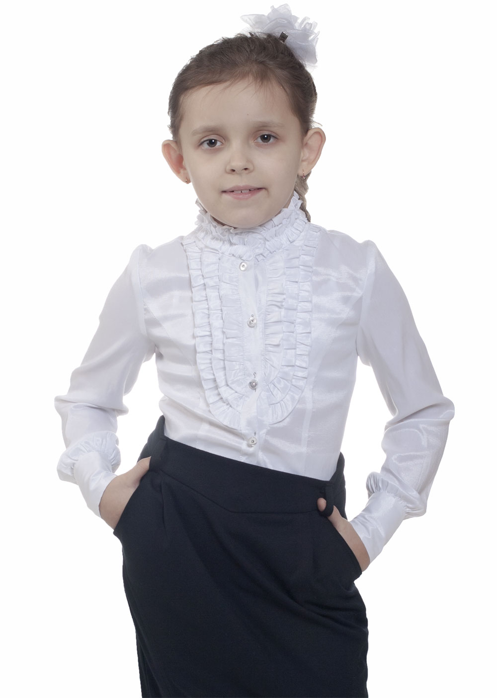 Белая блузка хорошо смотрится не только с контрастными